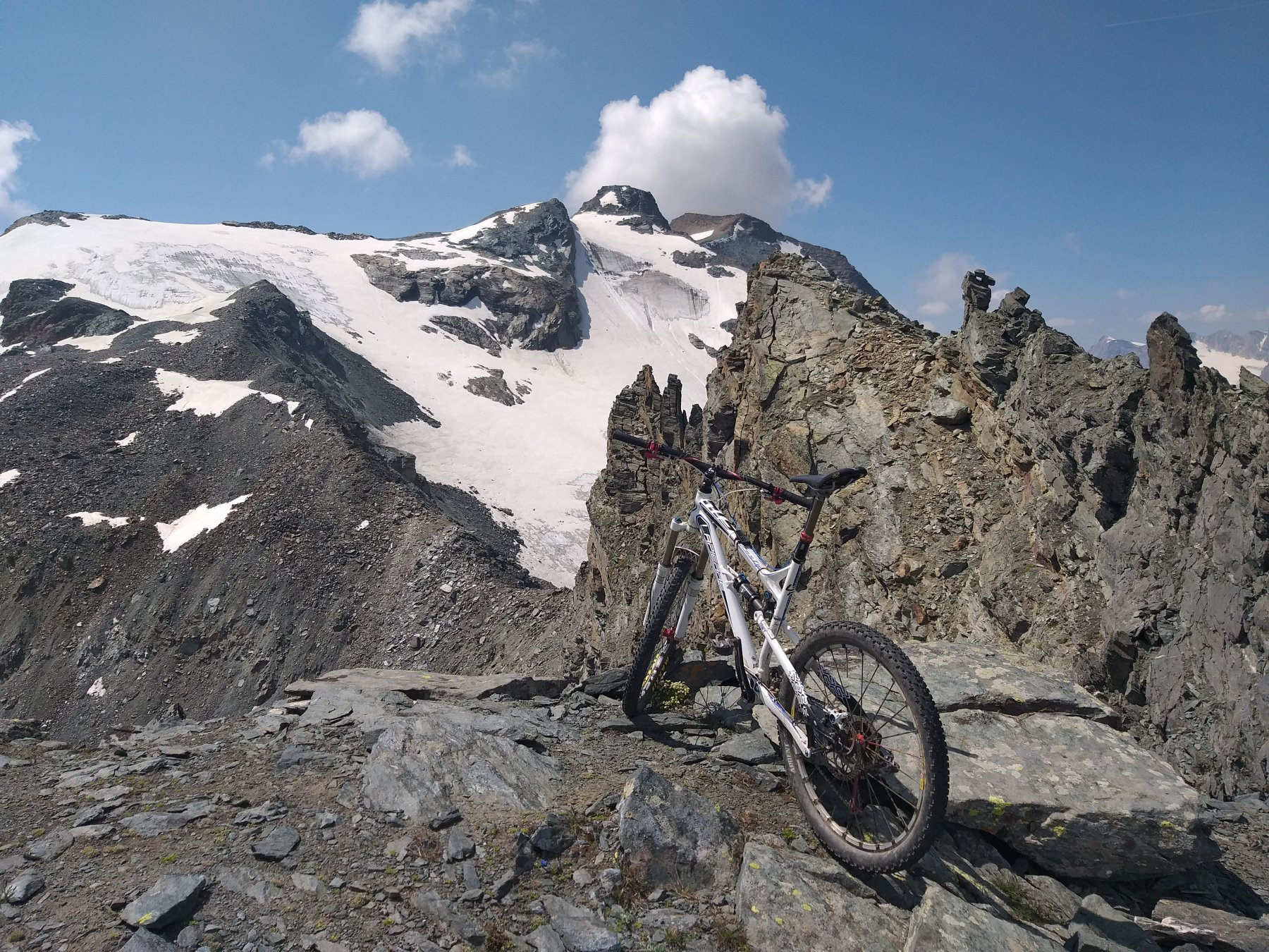 la cresta alpinistica che non permette di raggiungere la cima di entrelor