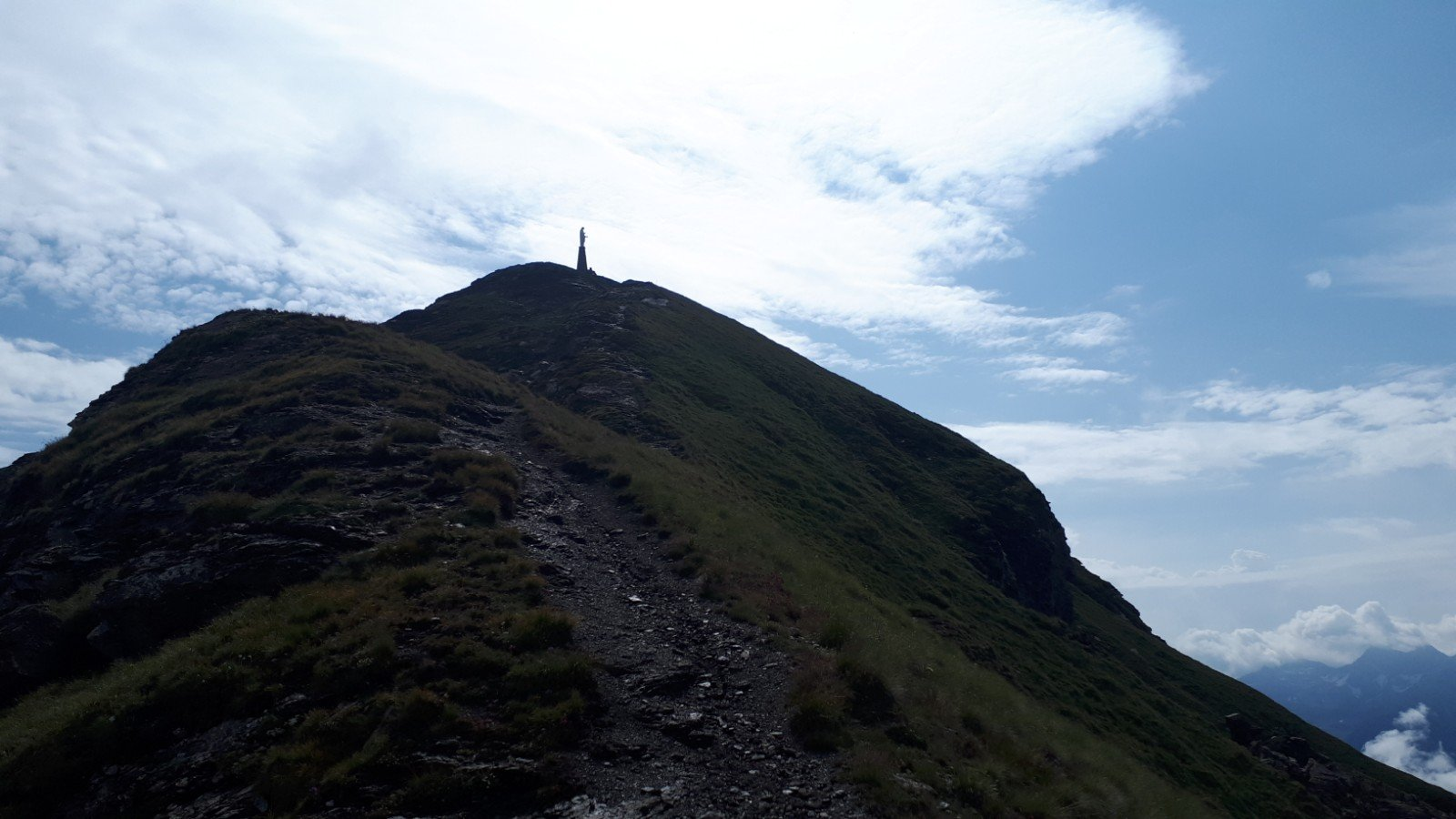 Il sentiero nel tratto di cresta