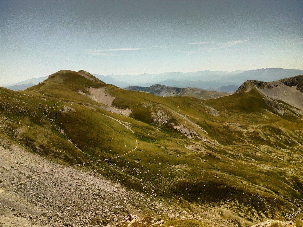 Sentiero dalla sella di Monte Aquila verso la sella del Brecciaio