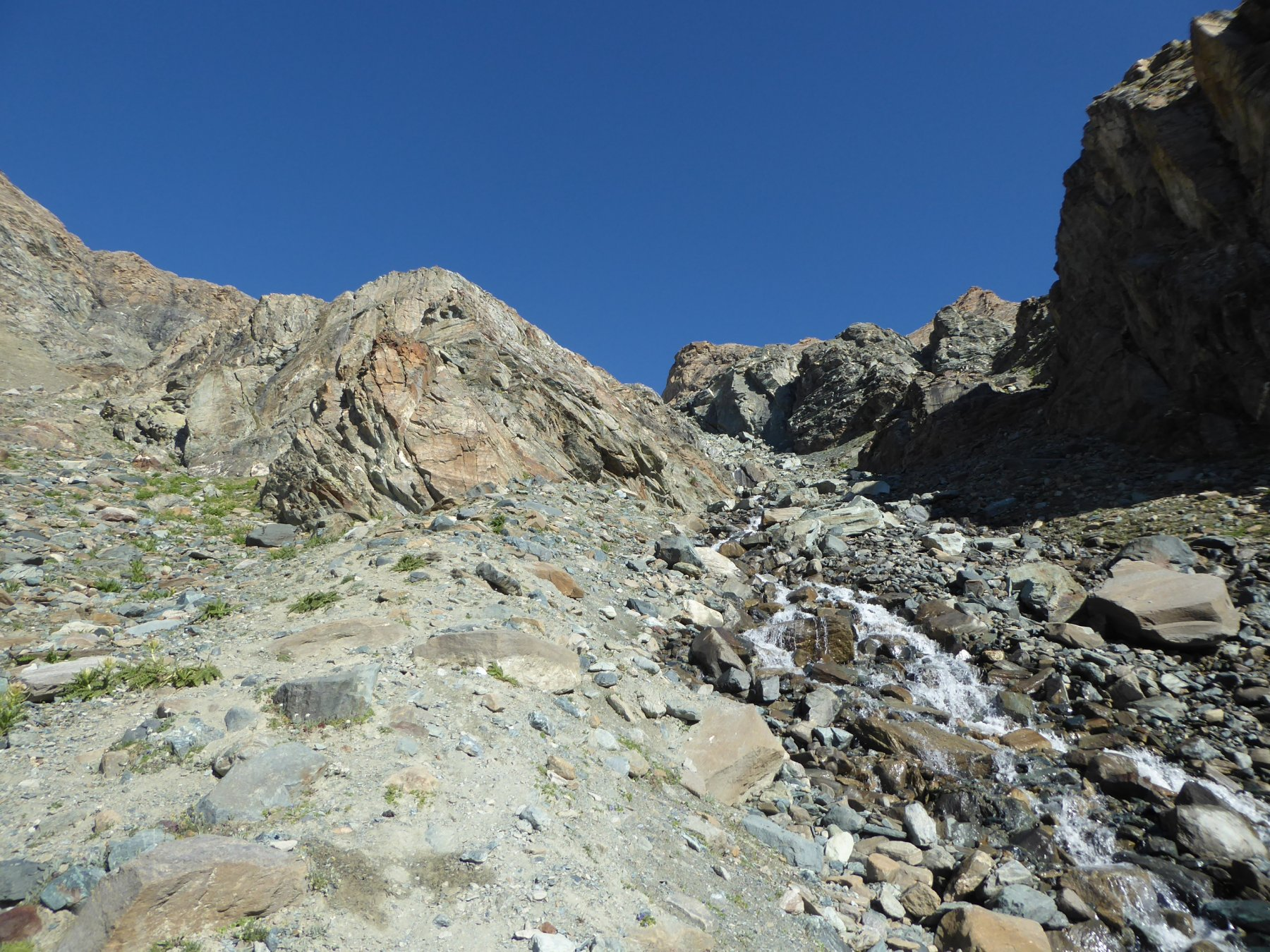 bivio a 2900 metri salendo: prendere il canalone di sinistra
