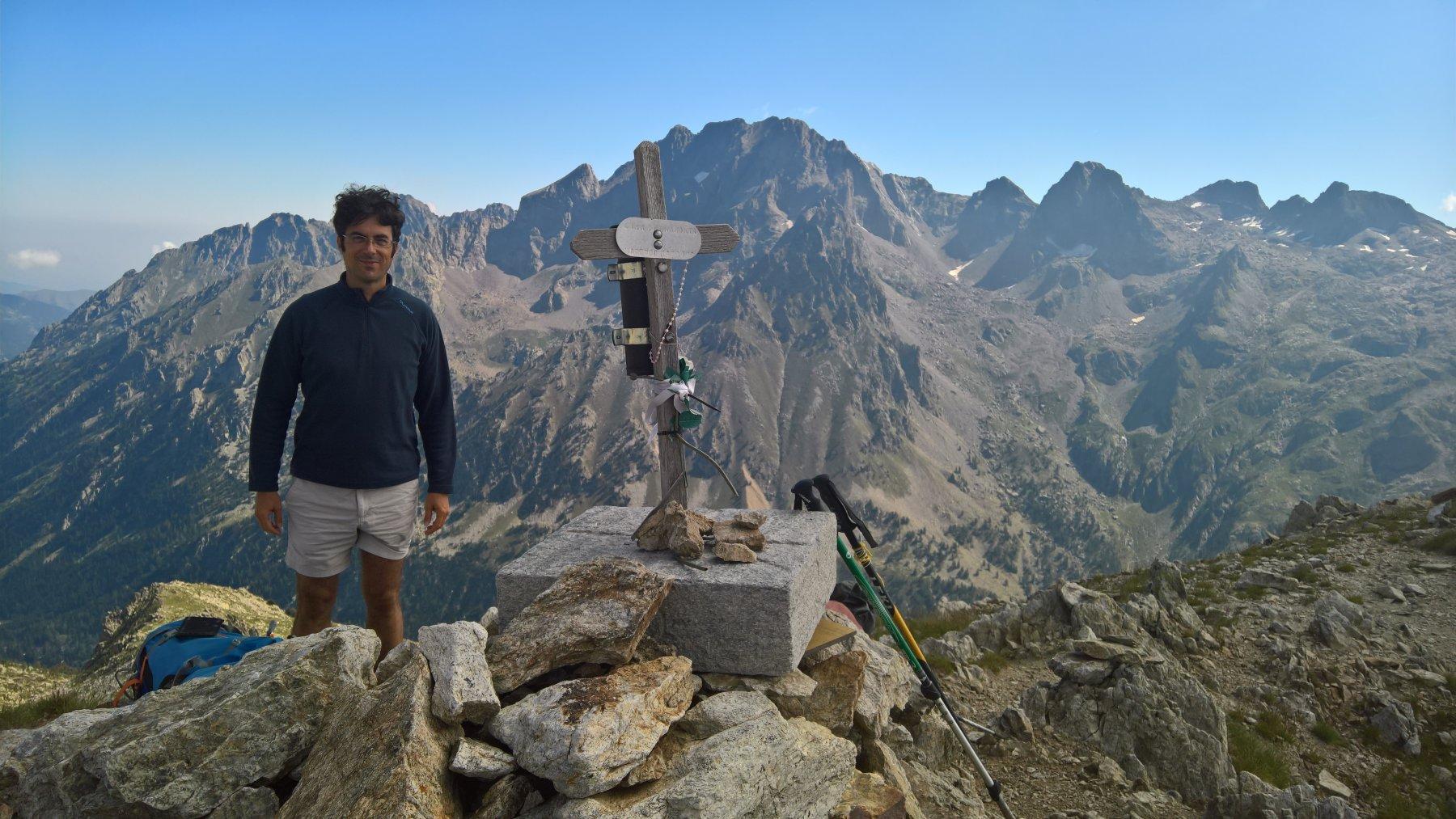 mio fratello in cima con dietro la Serra dellArgentera