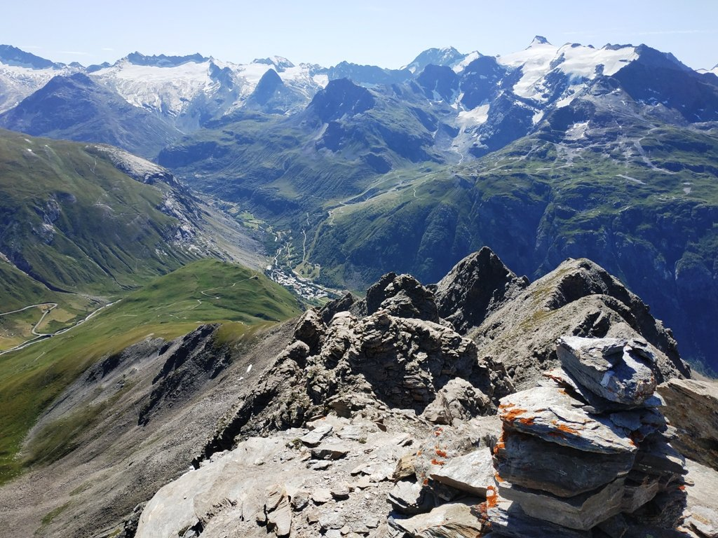 La valle dalla prima cima. Sullo sfondo i rilievi di confine.