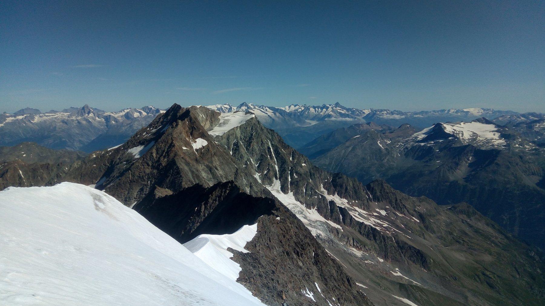 Vasti panorami, al centro Lagginhorn e Fletschhorn, sullo sfondo l'Oberland