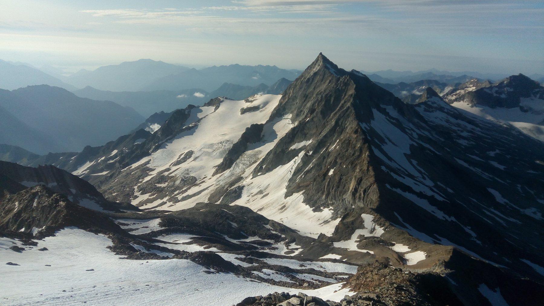 Salendo lungo la cresta, Pizzo d'Andolla e Lago Maggiore sullo sfondo