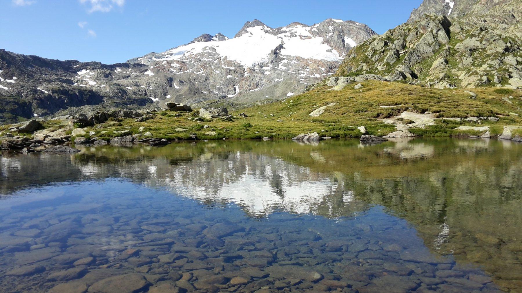 compare il lac du fond che ci accompagnerà quasi sotto al colle