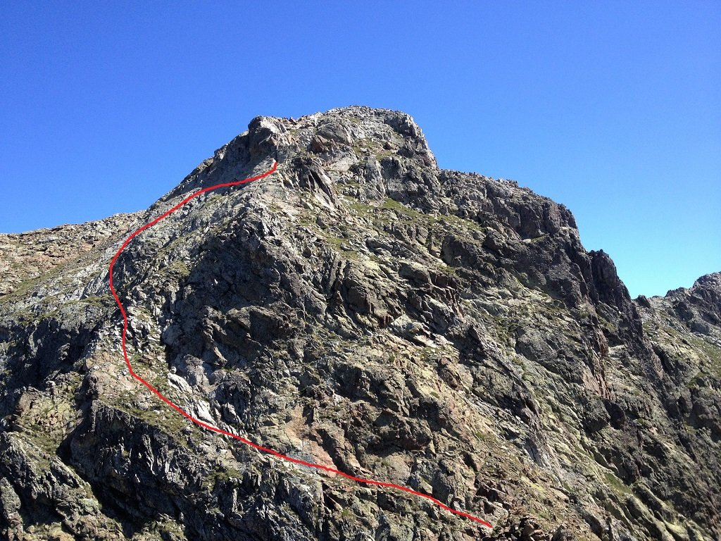 Versante N/O di Rocca Pan Perdù e via di salita vista dalla quota 2736 metri.