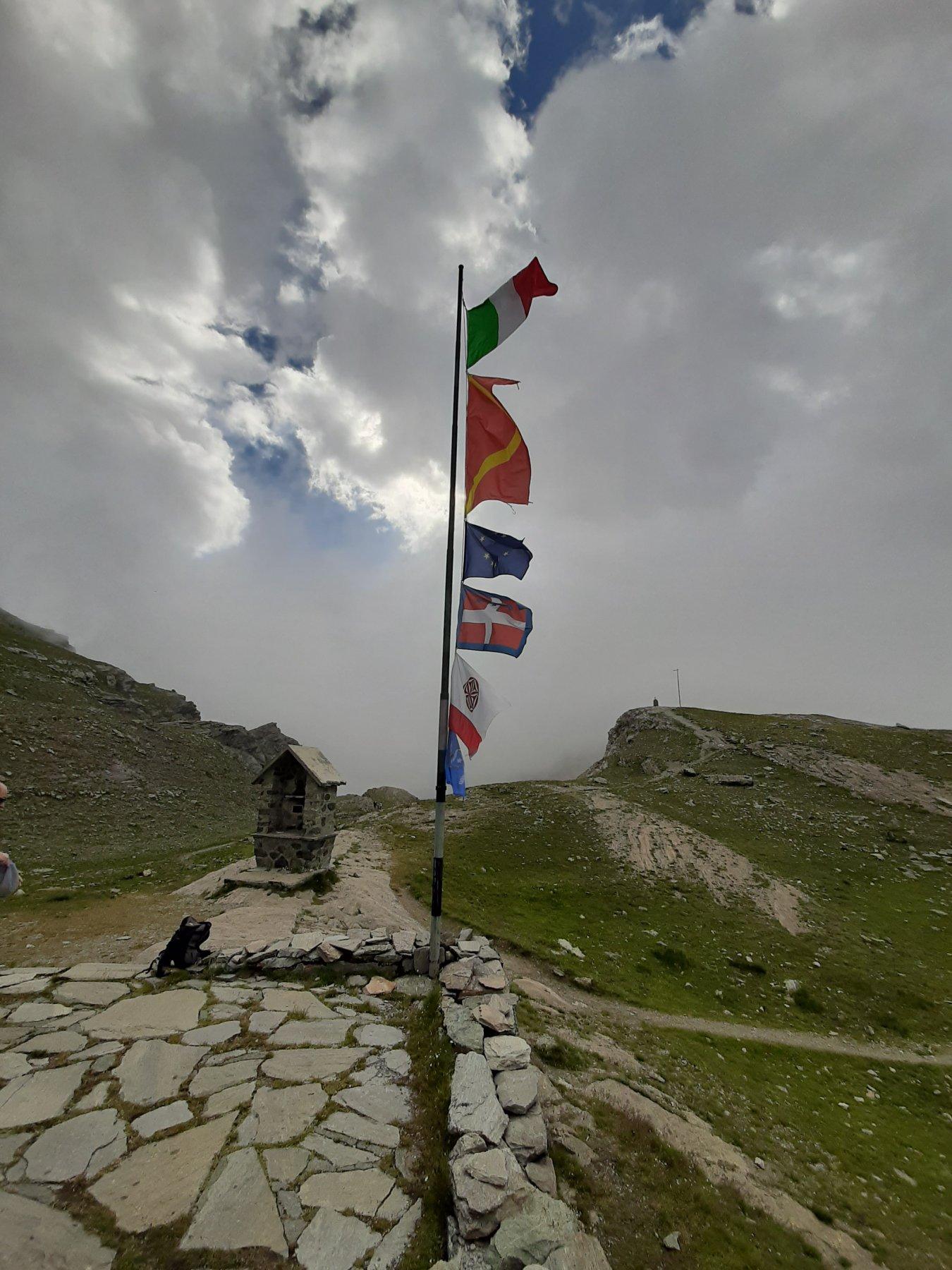 Pennone e bandiere antistanti il rifugio Gastaldi
