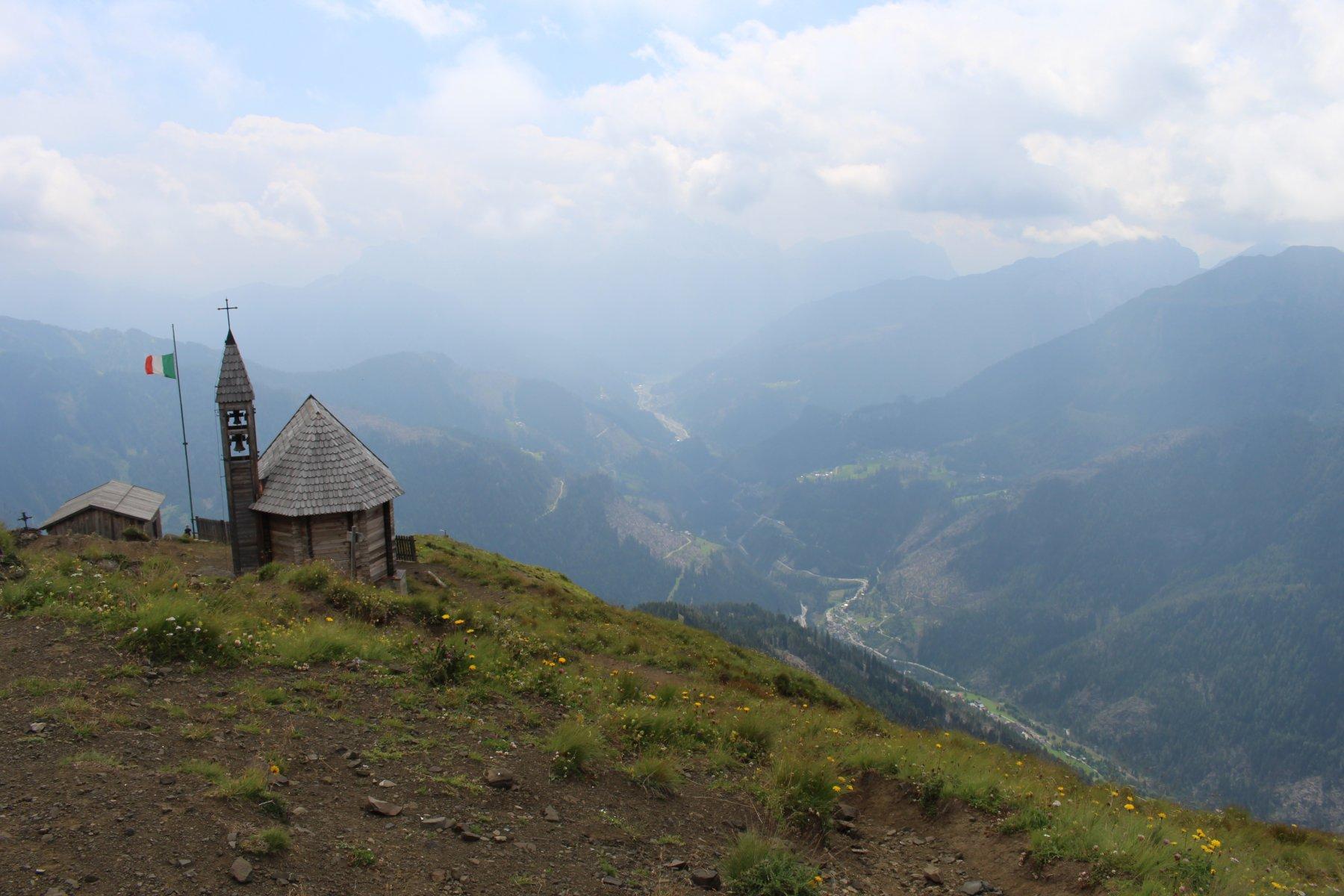 vista su Valle del Cordevole, fino a lago di Alleghe, Civetta nella nebbia