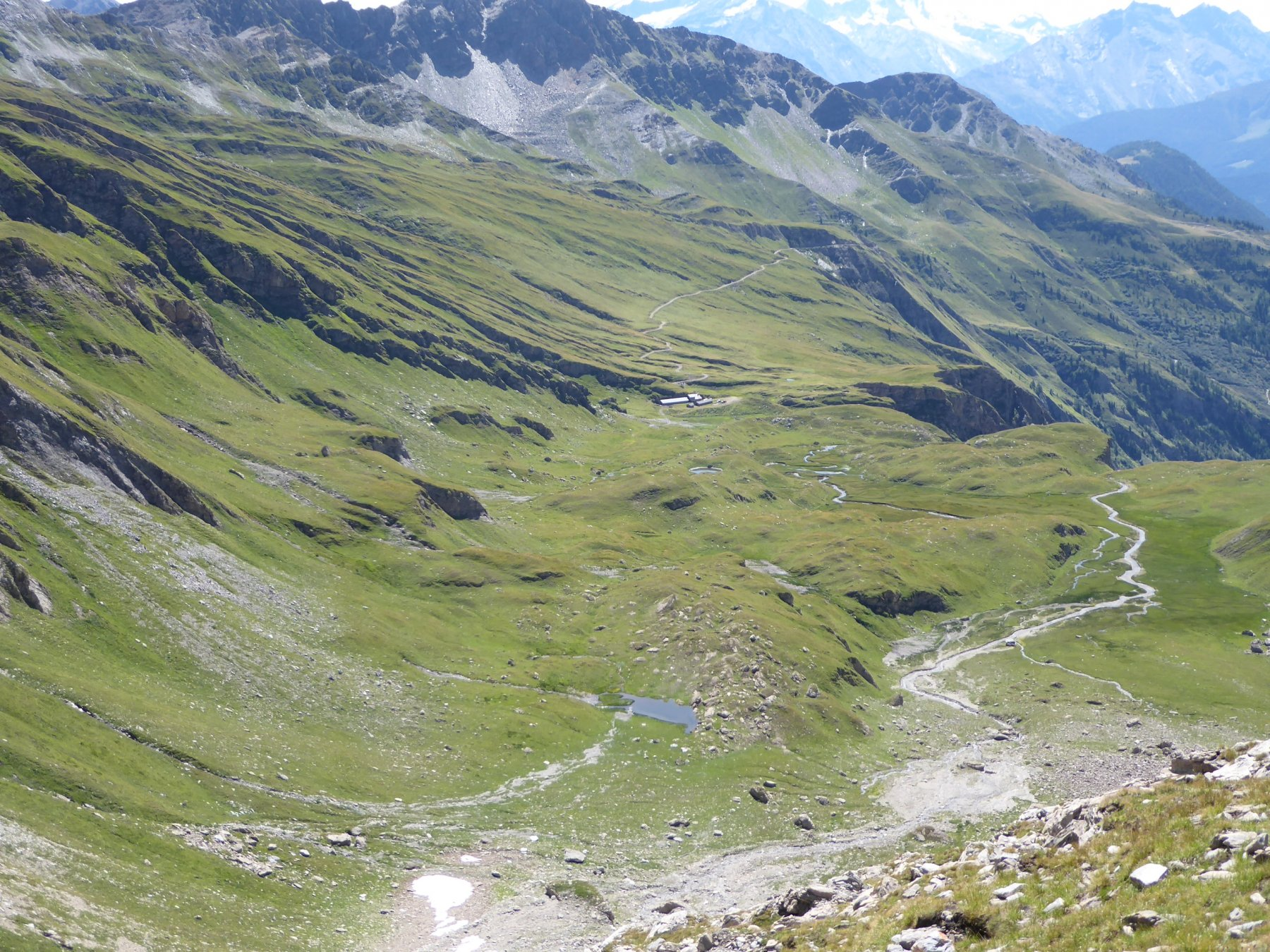 scendendo dal canale verso il laghetto a 2400 m e l'alpe Bonalex