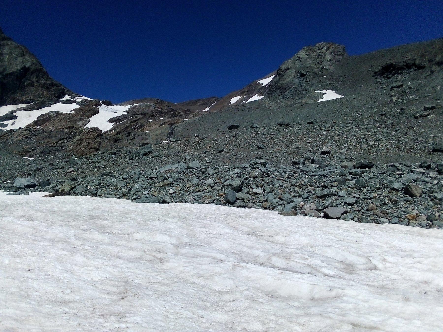 Dal Pian Gias, al centro il valloncello che abbiamo risalito alla destra dei pezzi rimasti del ghiacciaio del Collerin (puntando sui detriti alla destra delle cascatelle).
