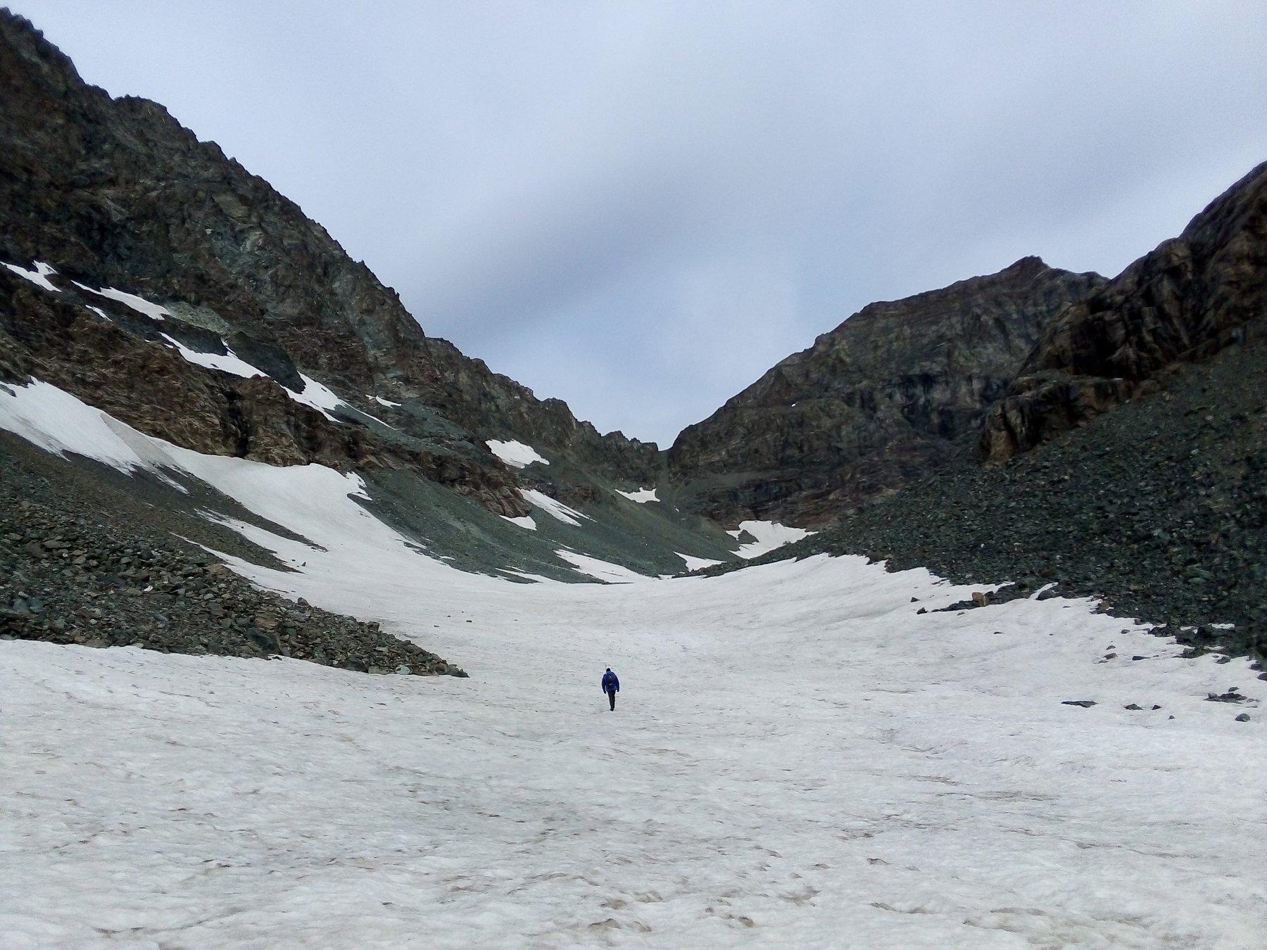 Lungo i grandi nevai del Pian Gias. In fondo a destra si vede già la cima.