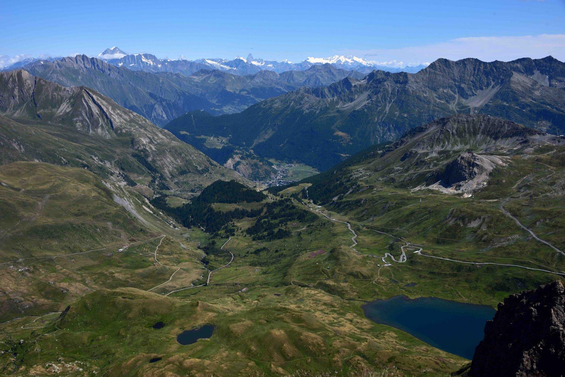 Veduta sul Lago Verney, La Thuile e la Valle d'Aosta dalla vetta