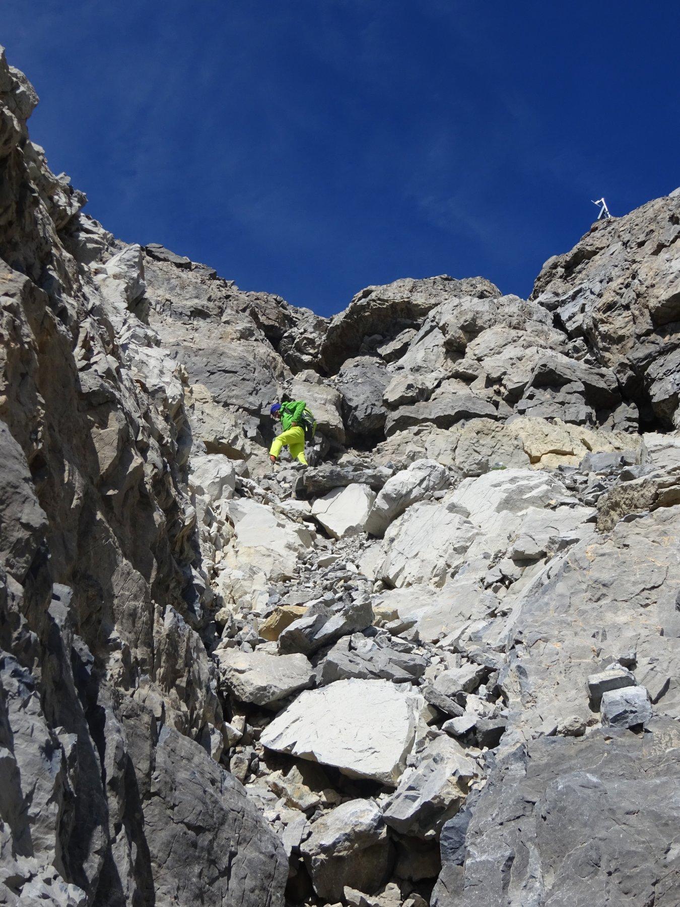 Il sistema di cenge sulla parete SE che adduce alla cima