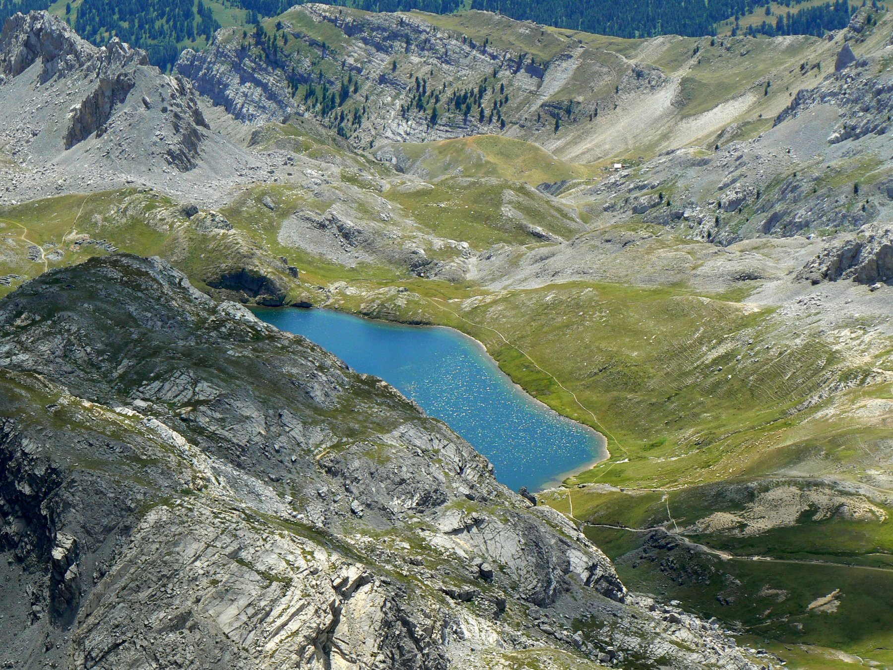 Laggiù in basso, ci aspetta il lago superiore di Roburent