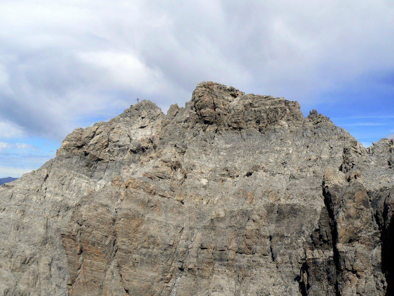 La croce di vetta dell'Oronaye dalla cima Dronero, al termine della ferrata