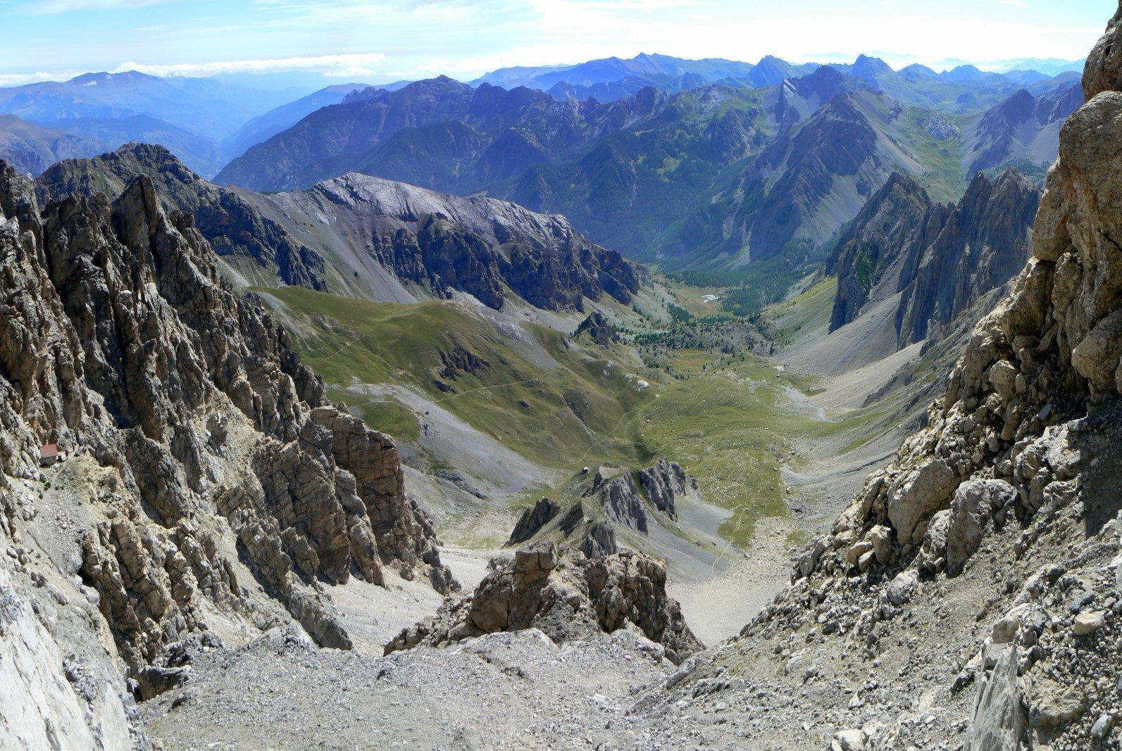 Il vallone di salita dalla ferrata: a sinistra il primo ricovero, in basso il bivacco Valmaggia