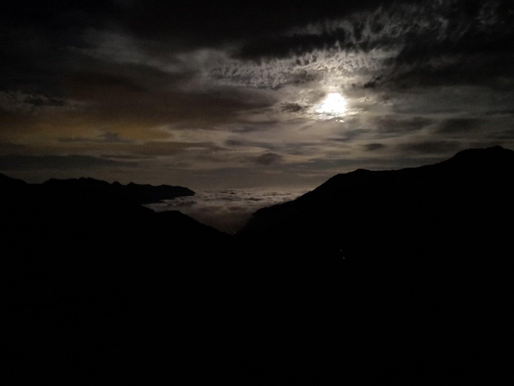 Purtroppo solo con il cellulare.. luna piena e mare di nuvole