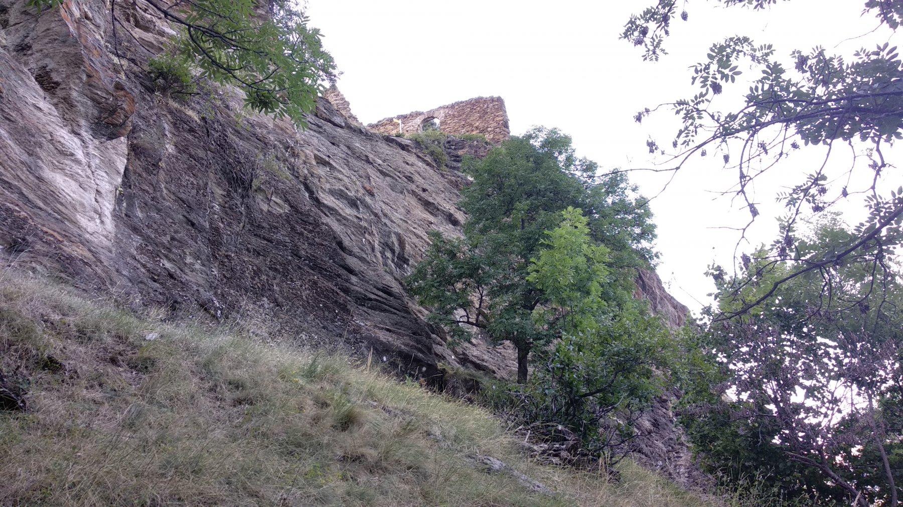 le rovine del castello con sotto la falesia