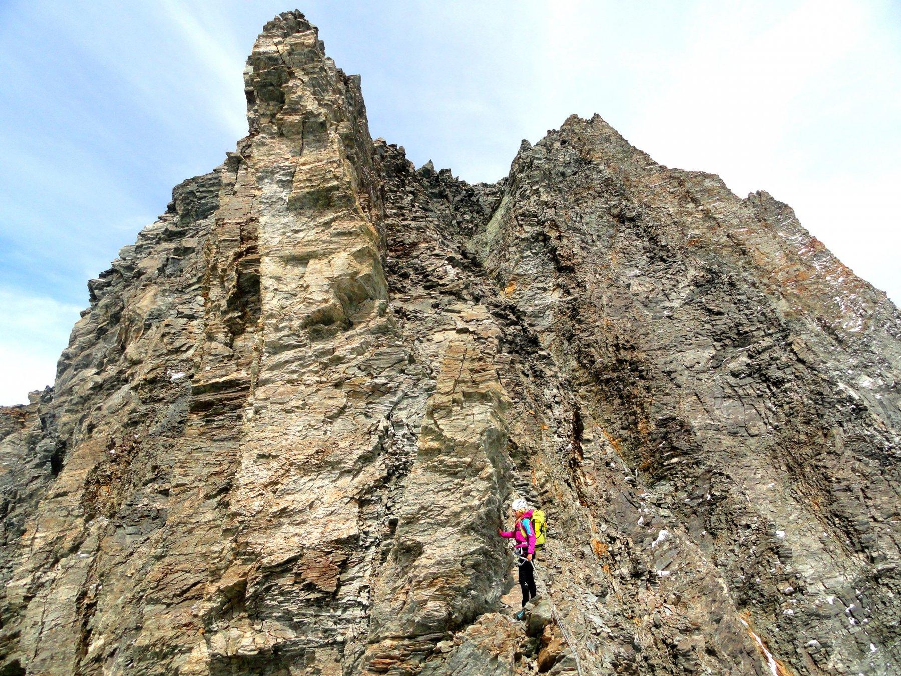 uno dei tratti in cui si arrampica in piena parete, a dx del filo di cresta