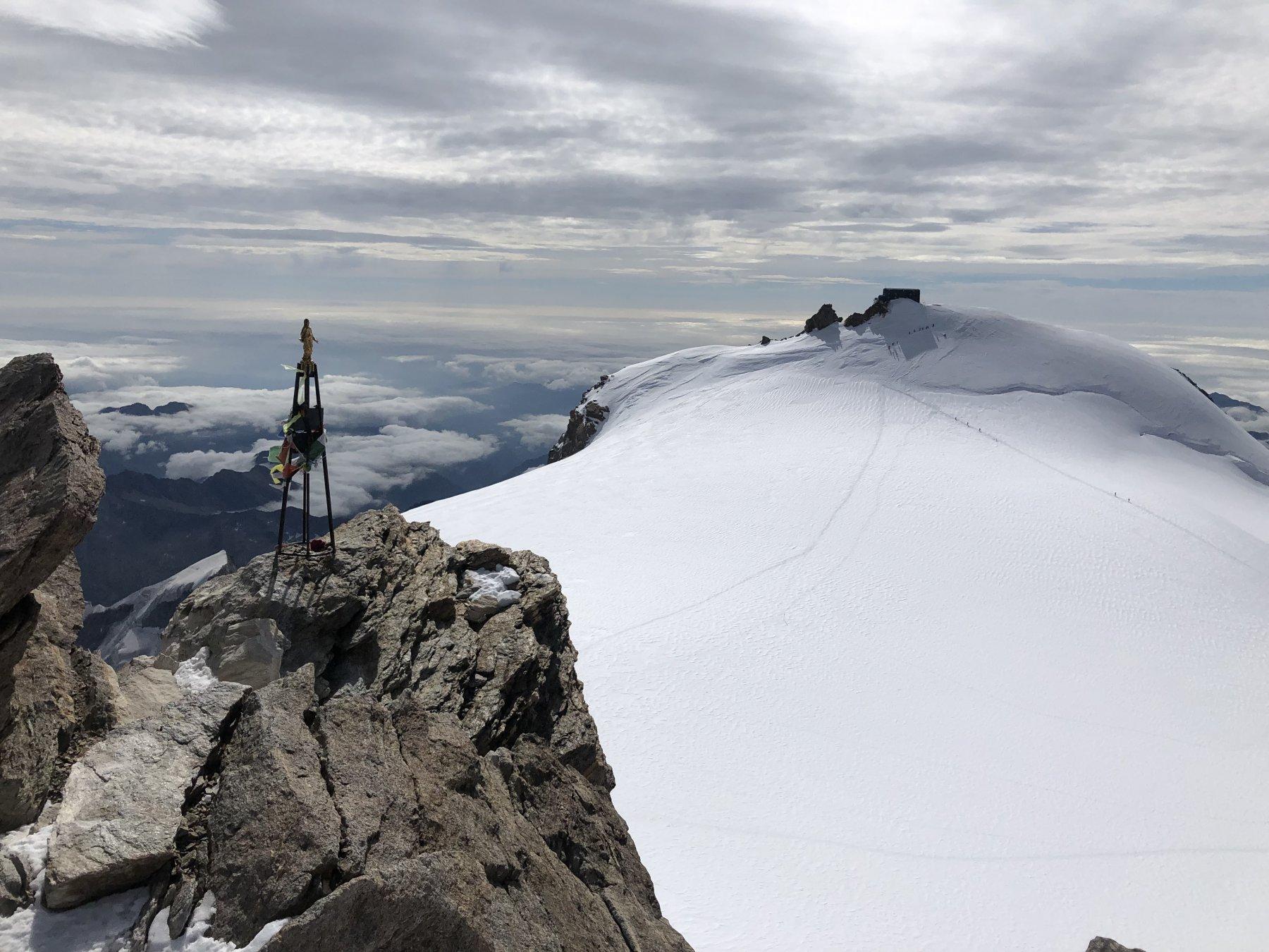 Gran vista sul Colle Gniffetti e sulla Capanna Margherita dalla cima