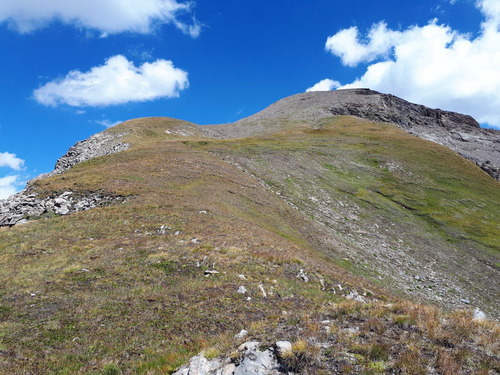 La cresta da q.2900 dove la pendenza si abbatte, a sinistra si intravede l'ometto