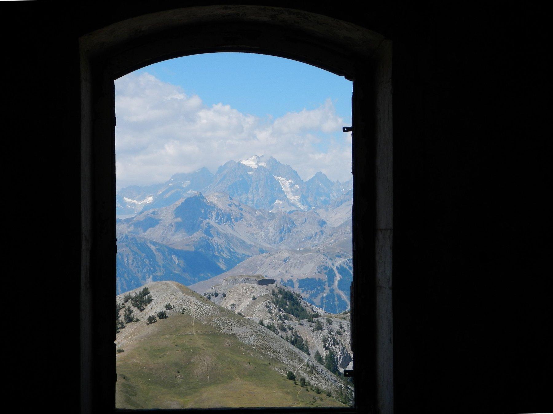il Mont Pelvoux da una finestra del Fort du Gondran