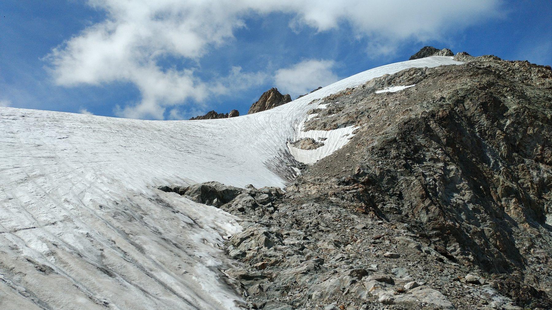 La pietraia che costeggia il ghiacciaio