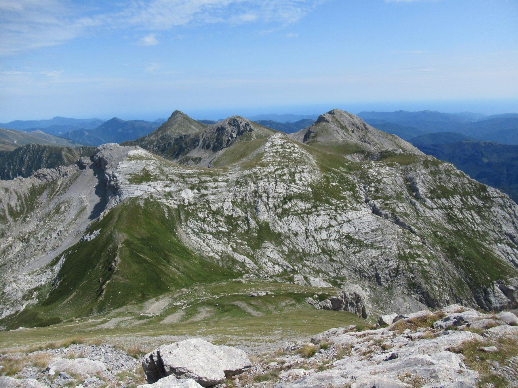 Bric Conoia, Monte Rotondo e Cima Revelli con il Pizzo dietro visti dal Mongioie.