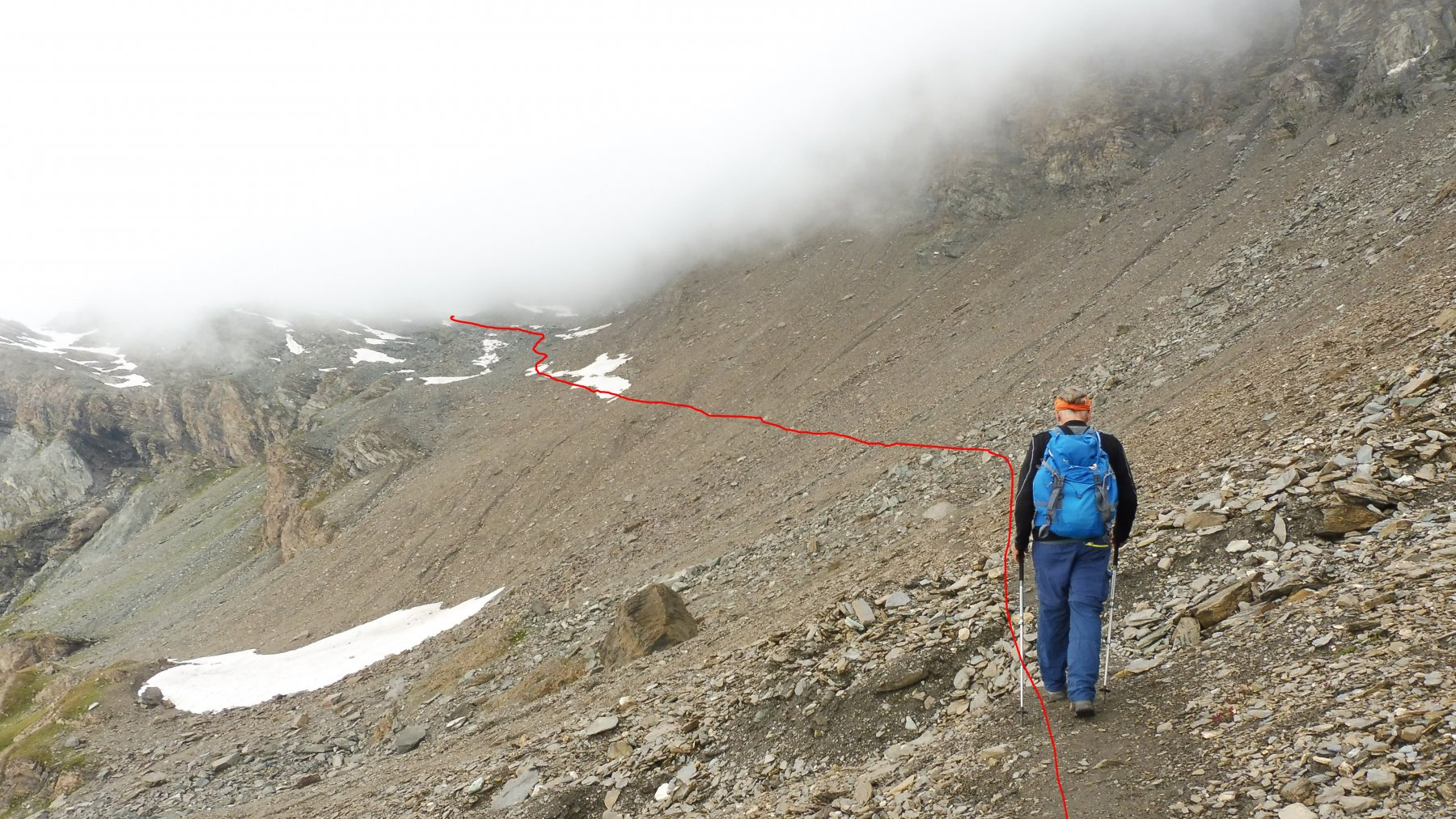 In rosso la traccia di salita che traversa verso le rocce moreniche.