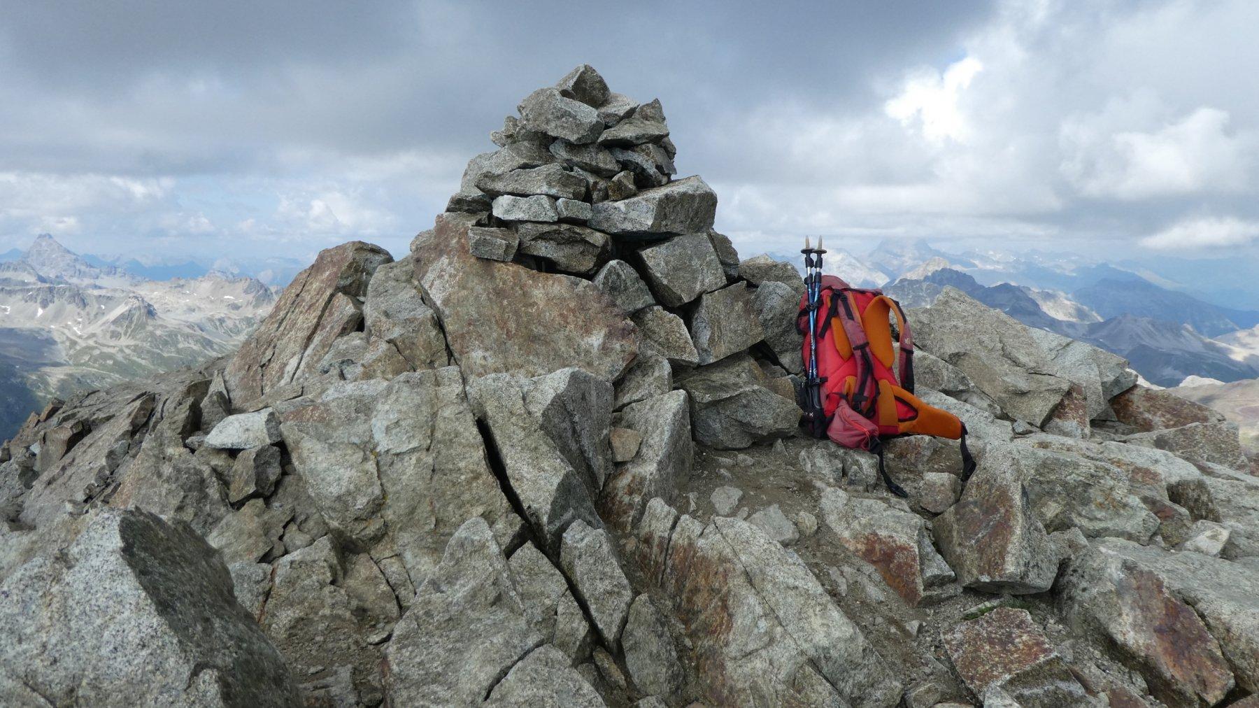 la vetta del Piz Julier è indicata solo e semplicemente da un grande ometto di pietre