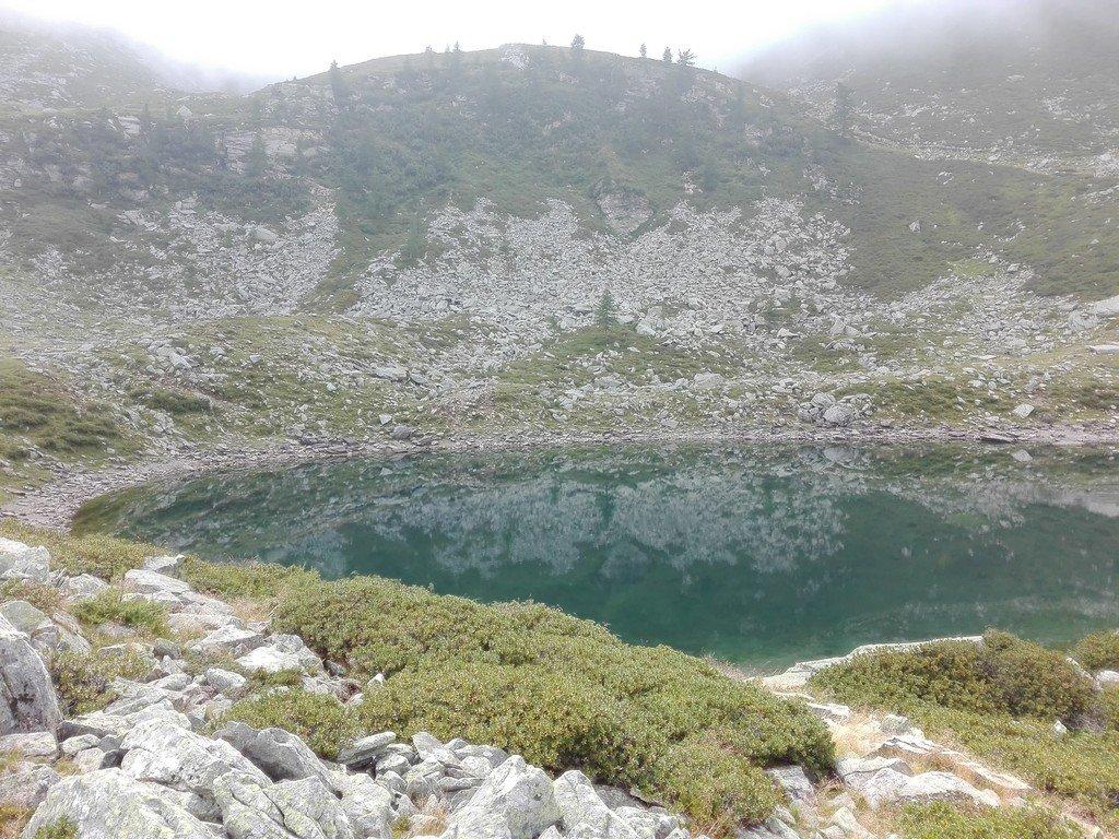 il lago prima delle nebbie incombenti