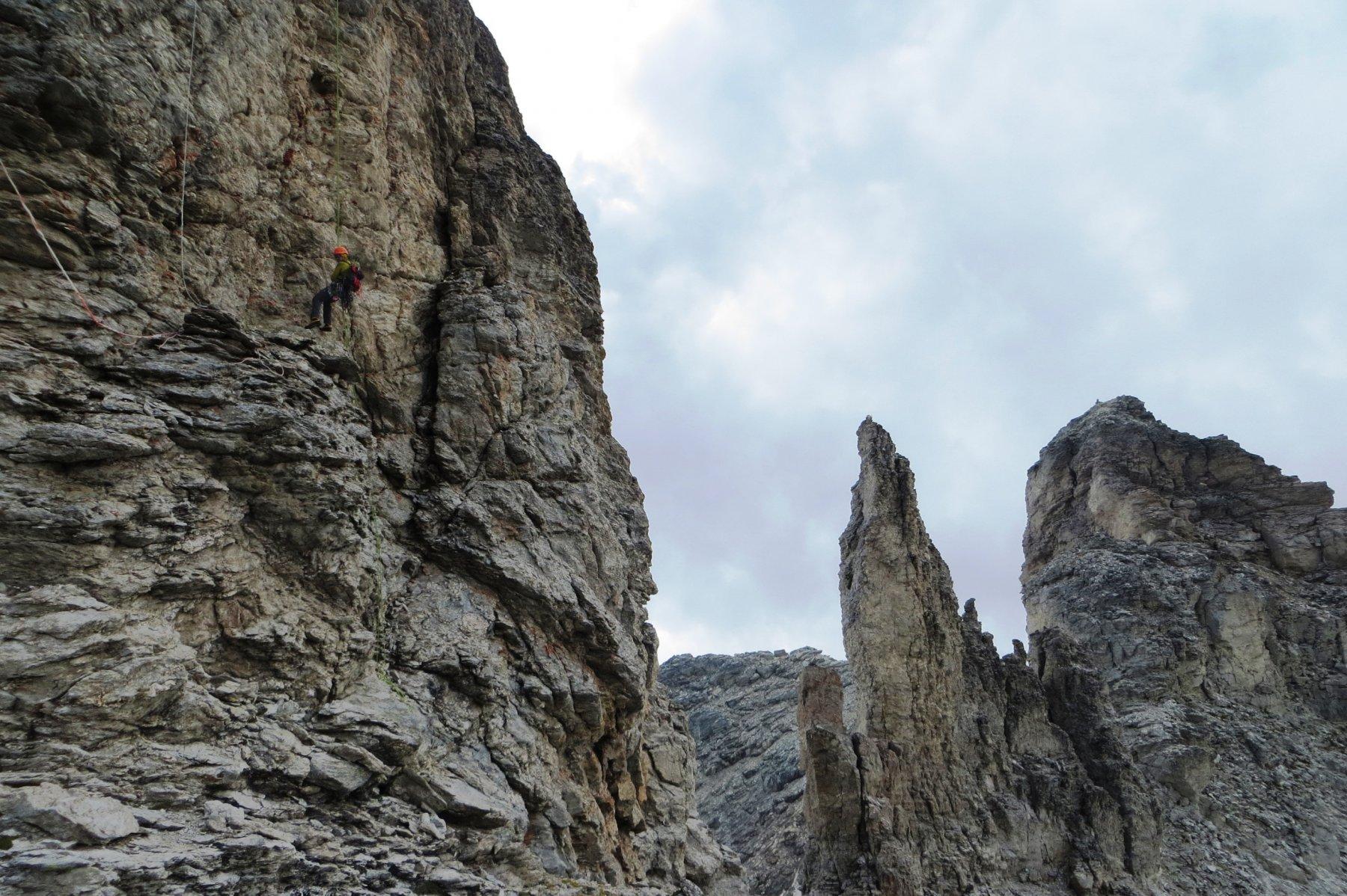 In calata sul Dente Settentrionale, il Centrale incombe arcigno sullo sfondo