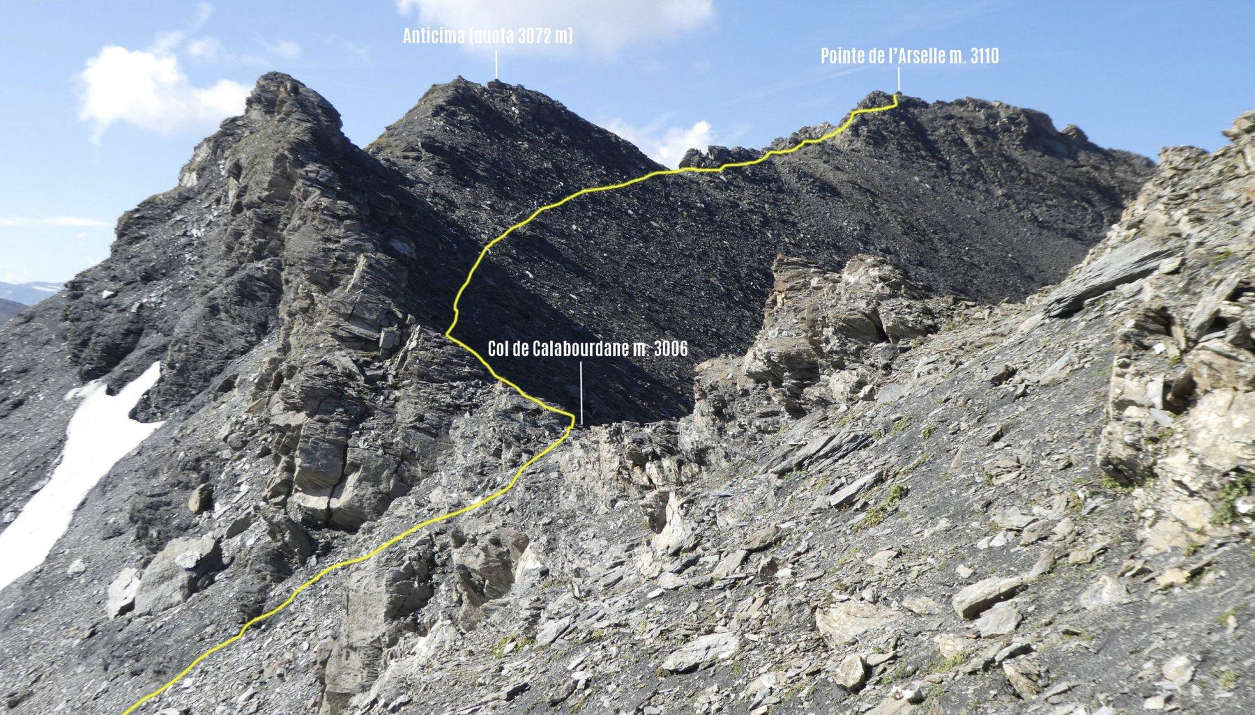 la parte alta dell'itinerario di salita visto dal Col de Calabourdane