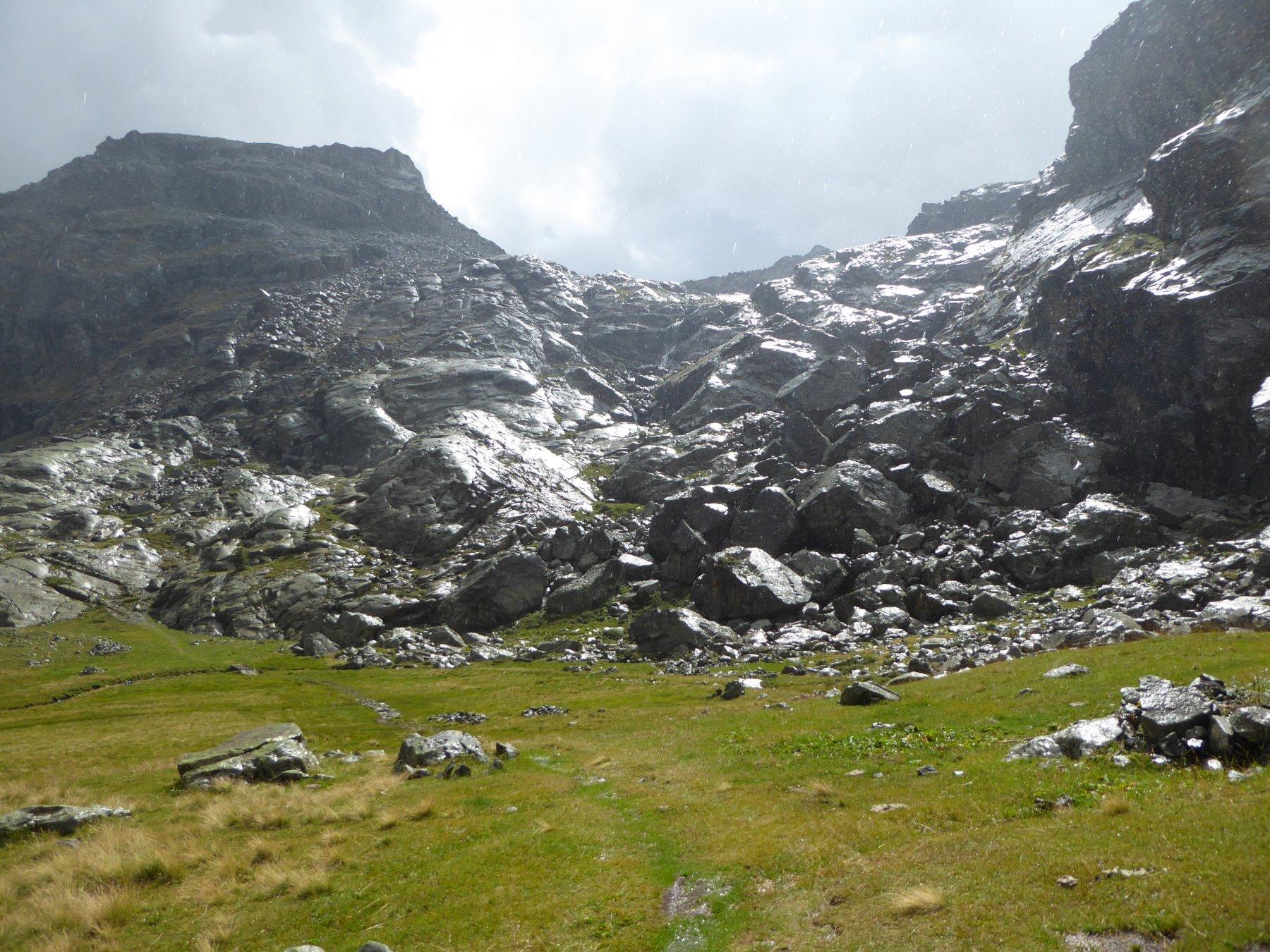 dopo la pioggia: la luccicante bastionata rocciosa sopra il pianoro dell'alpe Pisonnet