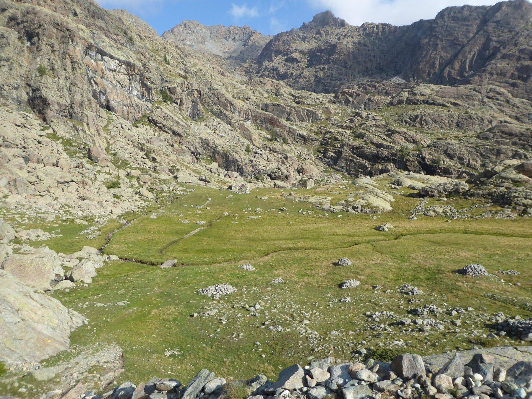 il bel pianoro dove sorgono i ruderi dell'alpe Pisonnet