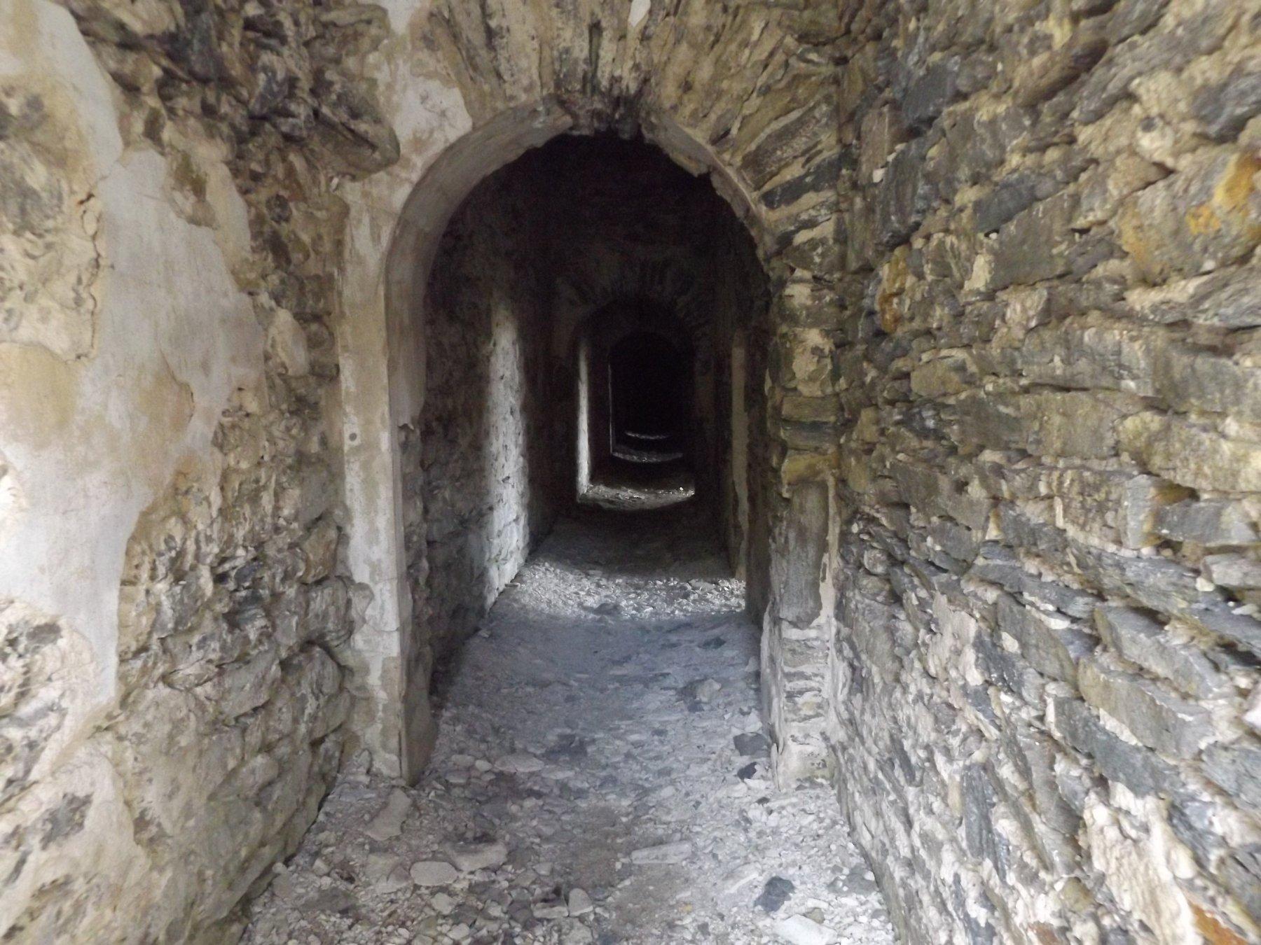 Interno del forte con accesso dalla galleria