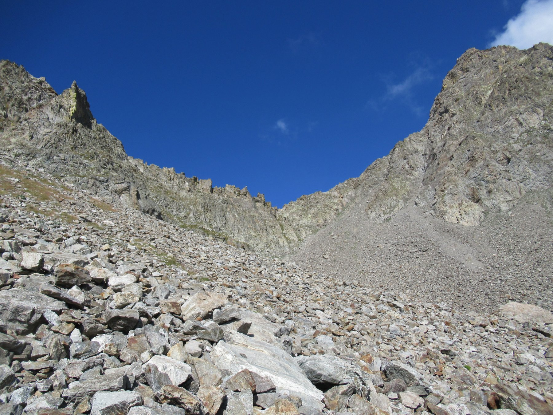 Parte superiore del vallone con al centro il canalino.