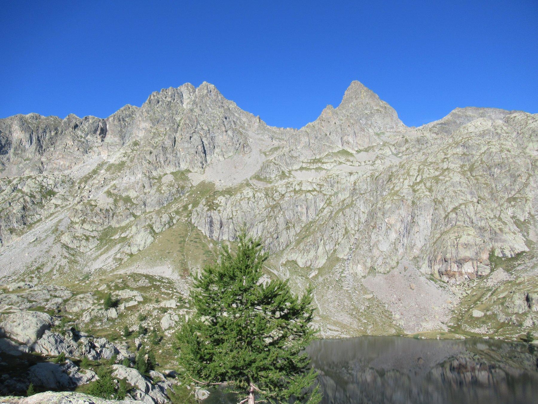 Monti Chamineyes e Lusiere con al centro il vallone di salita.