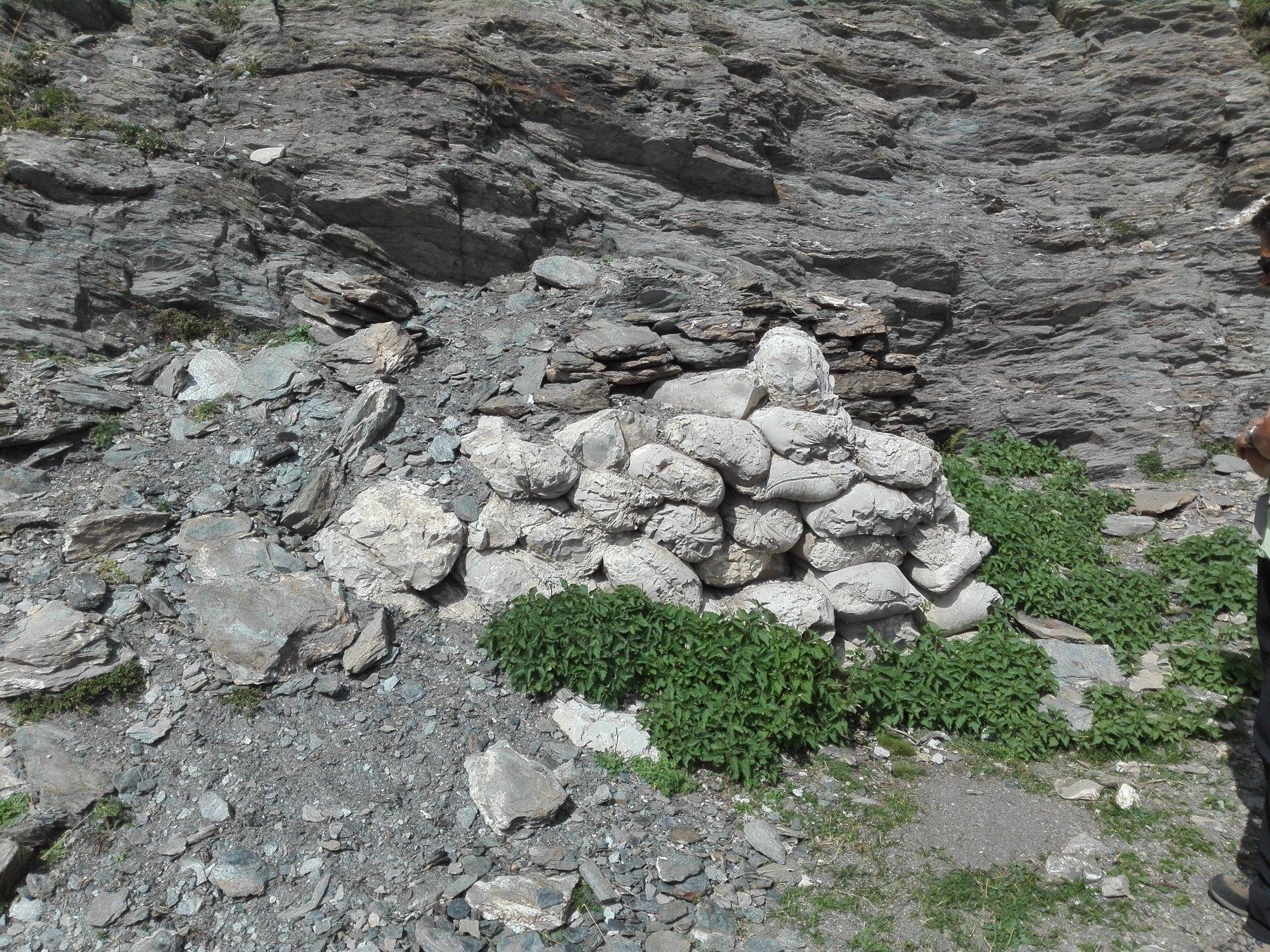 Poco prima del colle, sul versante italiano, si trova ancora a distanza di 80 anni un cumulo di sacchi di cemento, pietrificato. Erano stati portati per il prosieguo delle opere militari al colle, ma poi la guerra è terminata ....