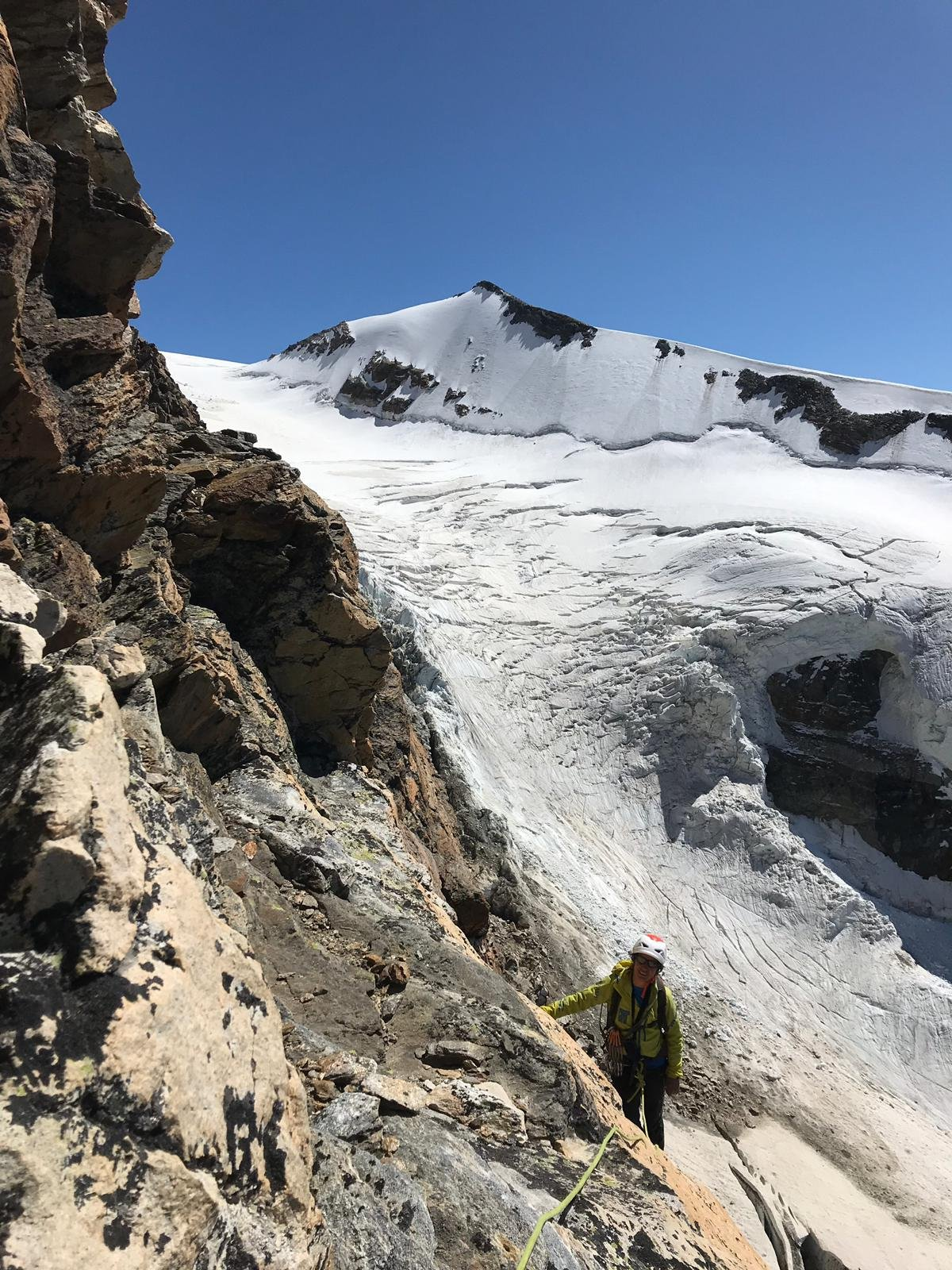 Sullo sfondo, il ghiacciaio percorso per arrivare all'attacco dello sperone