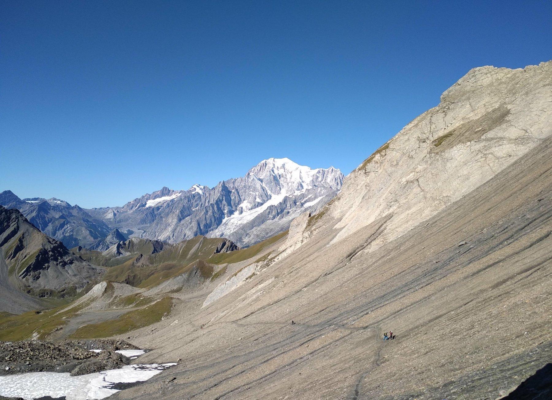 il versante in discesa verso la val Ferret con il Bianco sullo sfondo