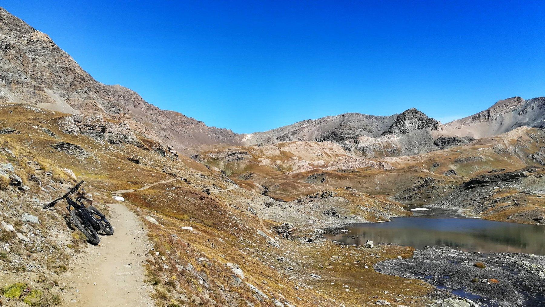 Il bel sentiero che conduce al bivio colle Rosset/colle Basei