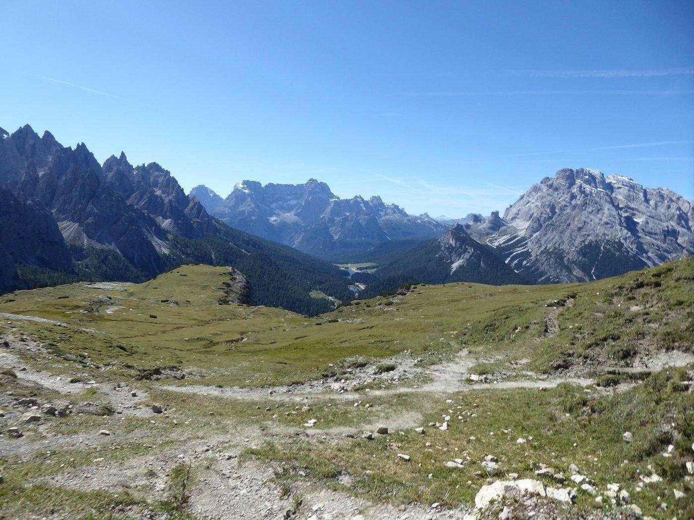 Dalla Forcella Col di Mezzo i pianori erbosi dei Monti di Fuori e di Dentro (forse).