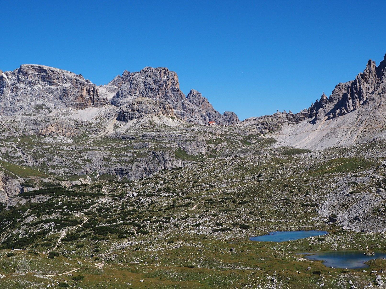 I pascoli della Langalm con il Rifugio Locatelli.