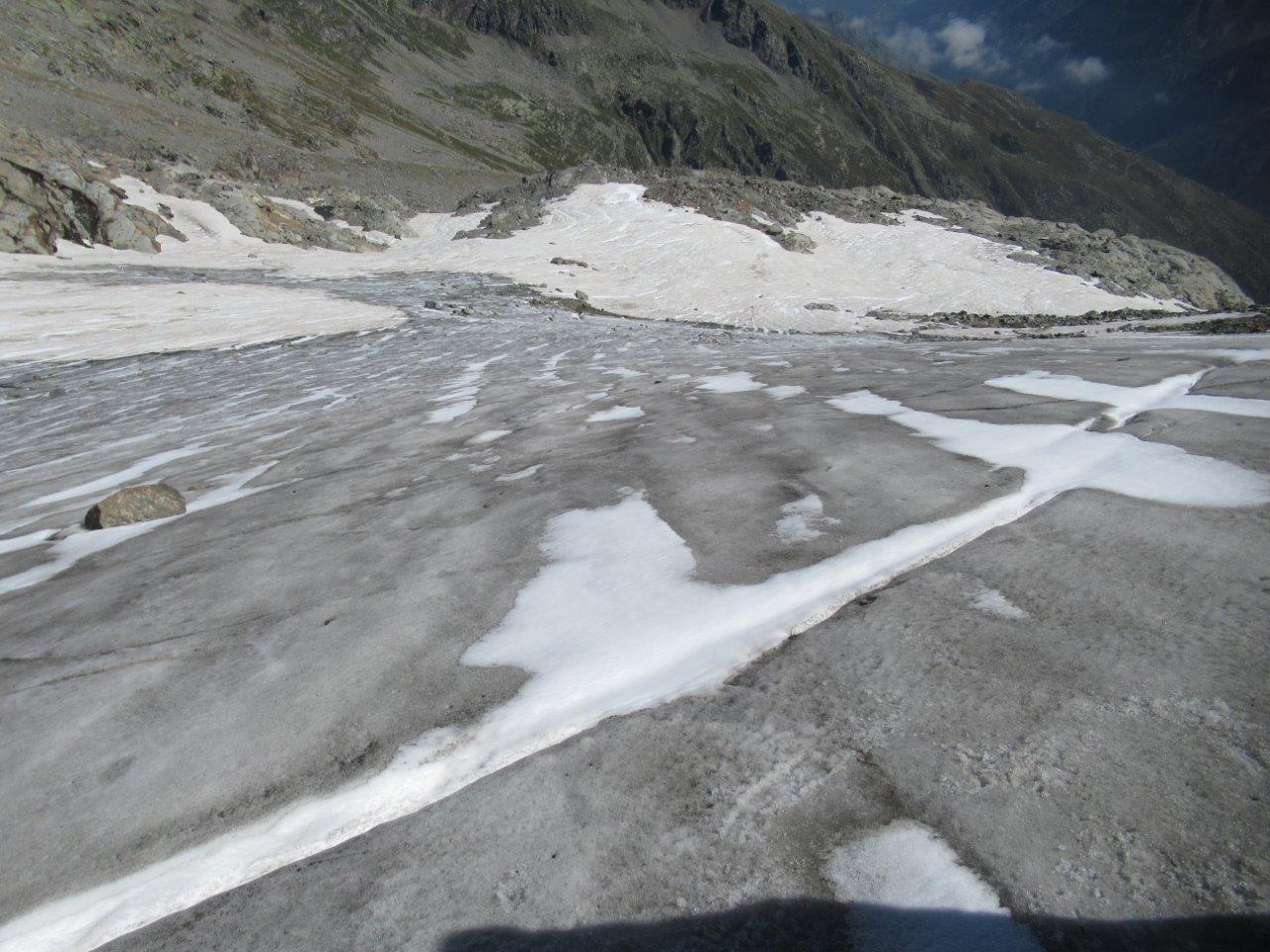 il ghiacciaio visto scendendo. Si nota nella parte bassa la terra che affiora.