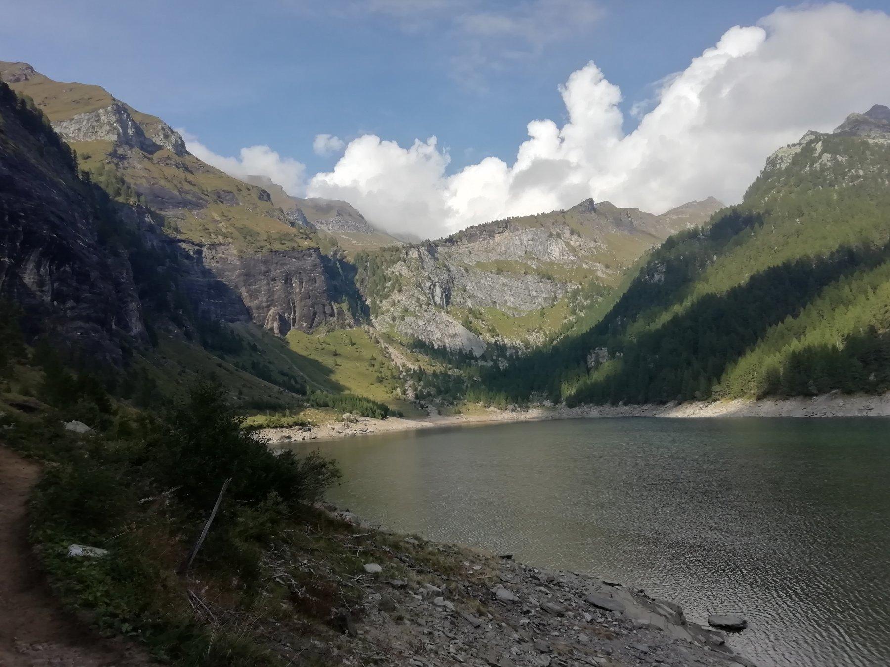 Il lago e in fondo il settore Pinnacle dove si trova la via