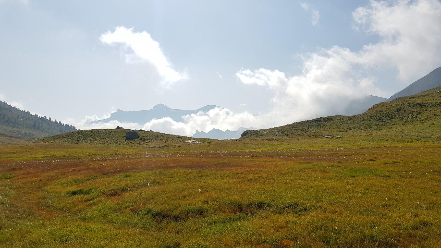 Panorama dal lungo traverso che va dal lago di Poiala alla Bocchetta di Scarpia
