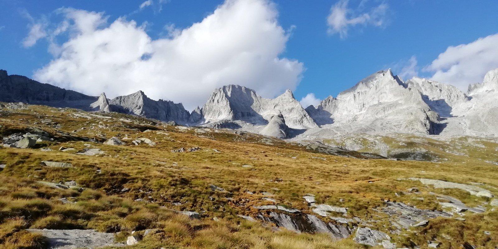 La cornice di montagne salendo al rifugio