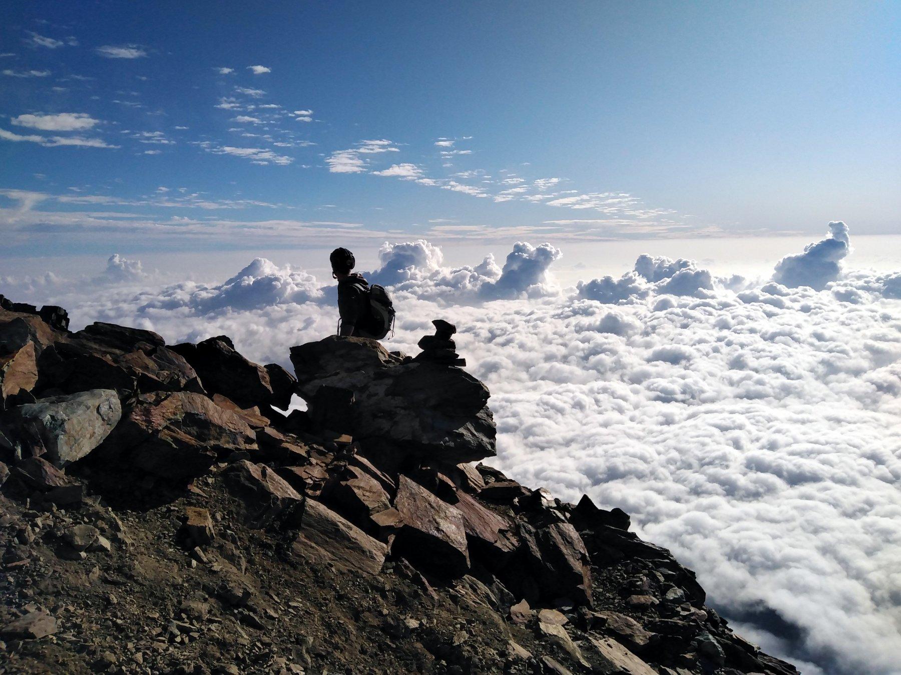 il versante padano coperto, come spesso accade, da un mare di nubi