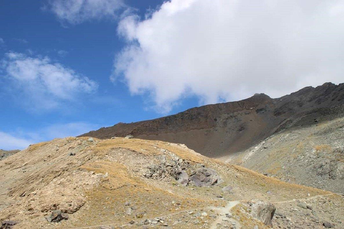 Quasi al col Leynir, il Taou Blanc sovrasta il sentiero, sulla destra (grazie a Luisanna per la foto)